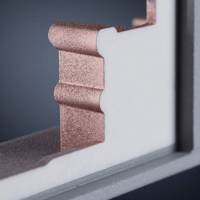 Fried Kunststofftechnik bietet eine partielle Kupfer-Leitlackierung auf der Innenseite zur EMV-Abschirmung