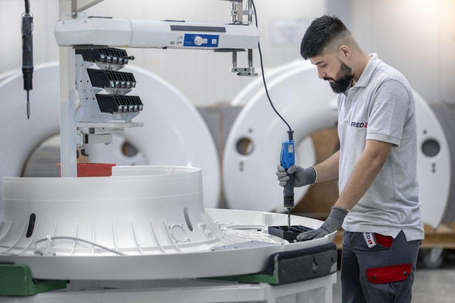 Fried Kunststofftechnik bietet Spritzguss, Lackierung, Montage, Prüfung, Verpackung und Versand