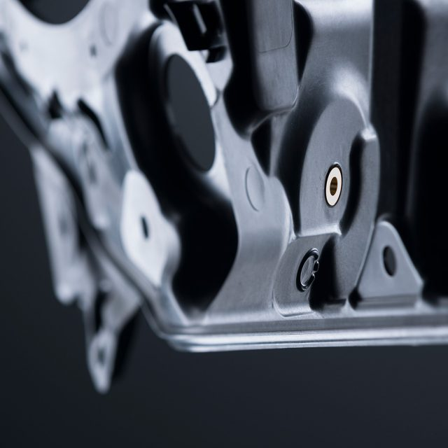 Fried Kunststofftechnik ist bei der Entwicklung von Innenverkleidungsteilen für Sportwagen beteiligt. Die hohe Anforderung besteht darin, dass die Montageträger sehr dünn, sehr leicht und zugleich äußerst stabil und extrem maßhaltig sein müssen.